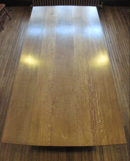The quarter-sawn oak has a rich assortment of rays, and the wide boards simultaneously harmonize and distance themselves from the floor.